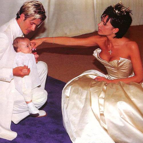 Дэвид и Виктория с сыном Бруклином в день свадьбы (1999)
