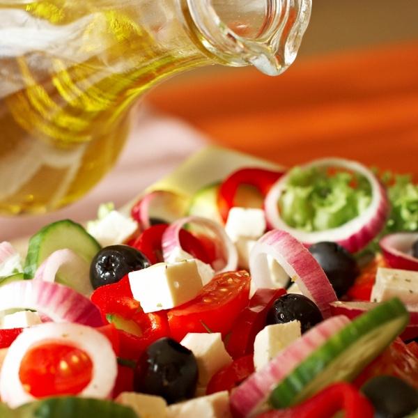 Салат заправляется оливковым маслом. В качестве приправ – соль, черный перец, орегано и базилик.