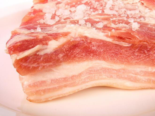 Из грудинки получается красивое домашнее сало с «прорезью» (прослойками мяса).