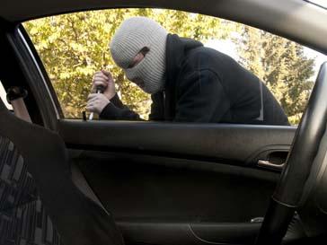Преступники отвлекли внимание женщины и похитили сумочку