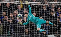 Форвард «Челси» потроллил вратаря-одноклубника, который забил себе лицом в матче против «Аякса» (видео)