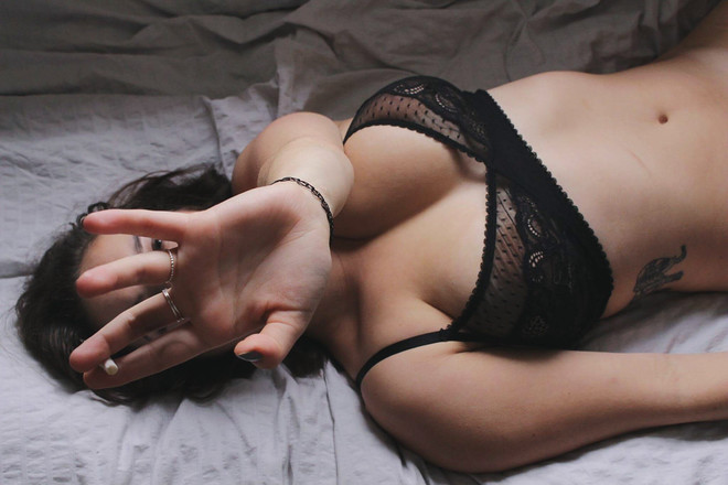 Маслом женская грудь под водой