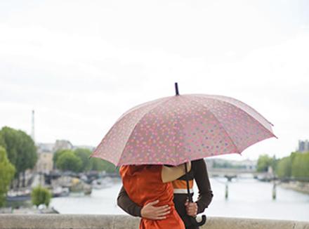 Мучжина и женщина под зонтом