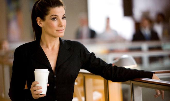 Целеустремленная и расчетливая героиня Сандры Баллок в комедии «Предложение» хорошо знакома с манипулятивными приемами, осуществлять которые ей помогает в том числе и правильно сакцентированный макияж.