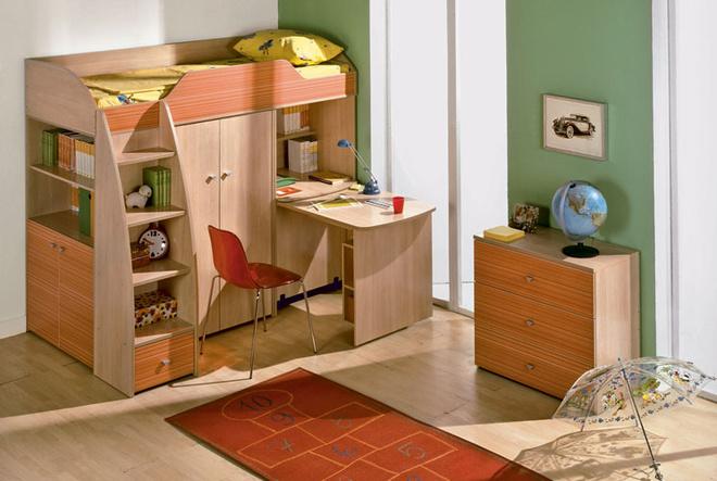 Из корпусных предметов мебели, входящих в одну коллекцию, можно «построить» не только комнату, но иуголок. Он не займет слишком большую площадь, однако обеспечит места для занятий, отдыха, хранения игрушек, вещей и книг. Коллекция «Радуга» («ТриЯ», Россия). 14990 руб./композиция