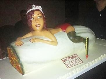 """Рианне подарили торт в форме """"косяка"""""""