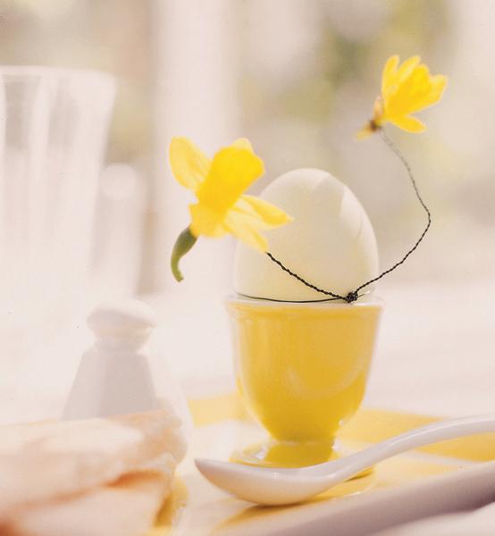 Не обязательно использовать для украшения стола пышные букеты. Используйте простые подручные средства – кусочки проволоки, головки небольших цветов.