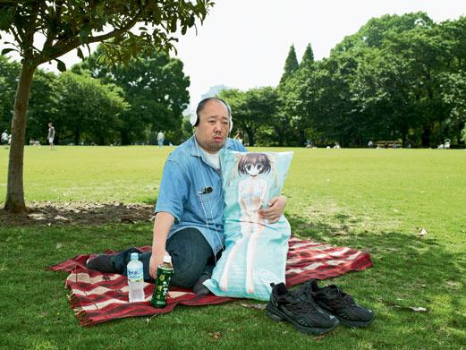 Для Ниисана его Нему-тян – единственная любовь. Другие любители 2D окружают себя целой свитой девушек-подушек и меняют их как перчатки.