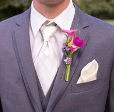 Бутоньерка и карманный платок - отличные украшения мужского костюма