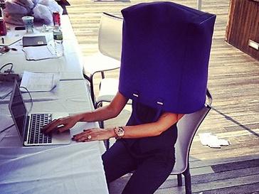 Виктории Бекхэм (Victoria Beckham) веселится на работе.
