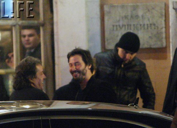 Из ресторана «Пушкинъ» Киану вышел изрядно захмелевшим
