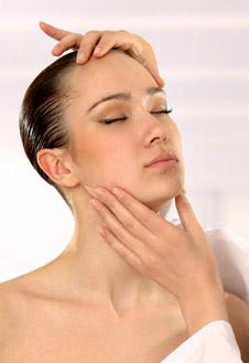 Перед инъекцией проводится тестирование. К примеру, если беспокоят морщины на лбу, вас попросят нахмуриться.