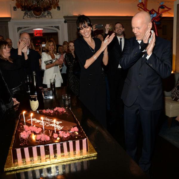 Брюс Уиллис, его супруга Эмма и шоколадный торт