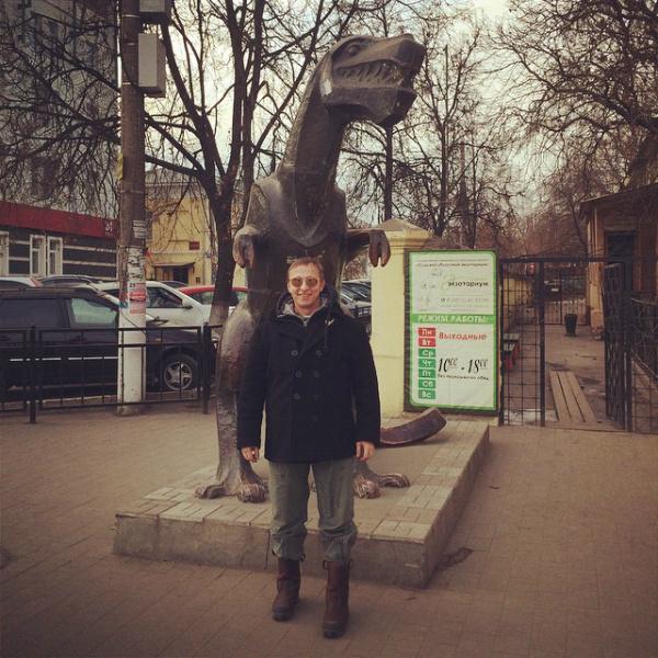 Иван Охлобыстин у памятника Тещи в Туле
