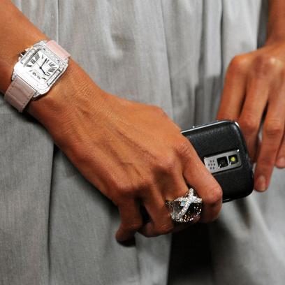 Пэрис Хилтон, ее часы, кольцо и смартфон