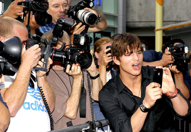 Актер Эштон Катчер и фотографы.