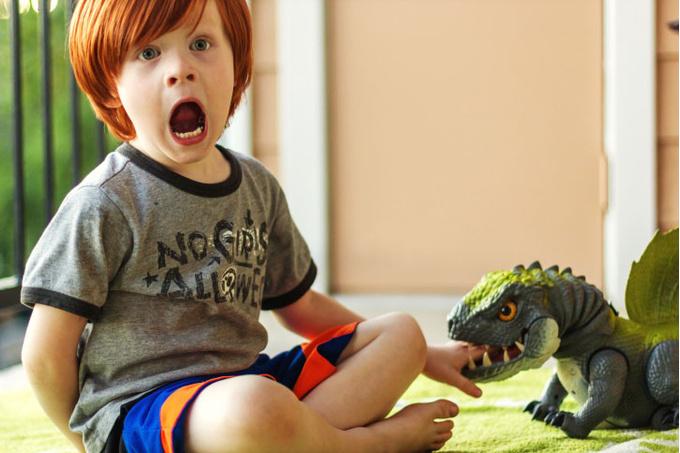 Ребенок и динозавр