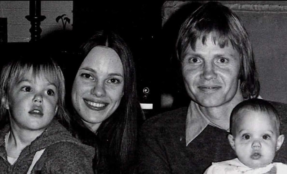 Анджелина Джоли с родителями и братом Джеймсом