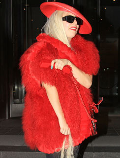 Леди ГаГа (Lady GaGa) обожает мех ярких оттенков