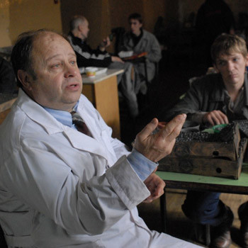 Картина снималась в действующей психбольнице, некоторые пациенты которой даже получили в фильме ключевые роли.