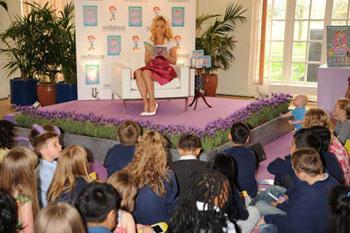 Звезда прочитала отрывки из произведения пришедшим на презентацию детям
