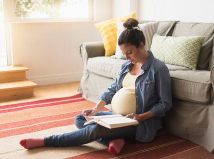 Беременная женщина с книжкой