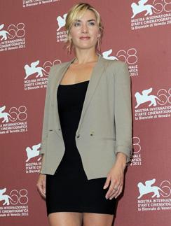 На фотоколе Кейт Уинслет (Kate Winslet) появилась в маленьком черном платье и сером блейзере