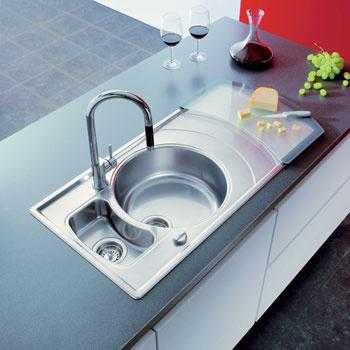 Мойка Zeno 60 B (Teka) из высококачественной нержавеющей стали (слева), при этом на выбор предлагается два варианта обработки поверхности – зеркальная полировка или микротекстура.