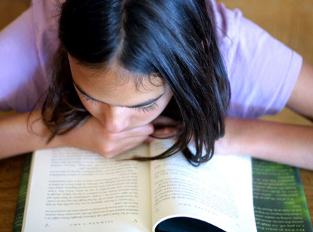 Девушка над книгой