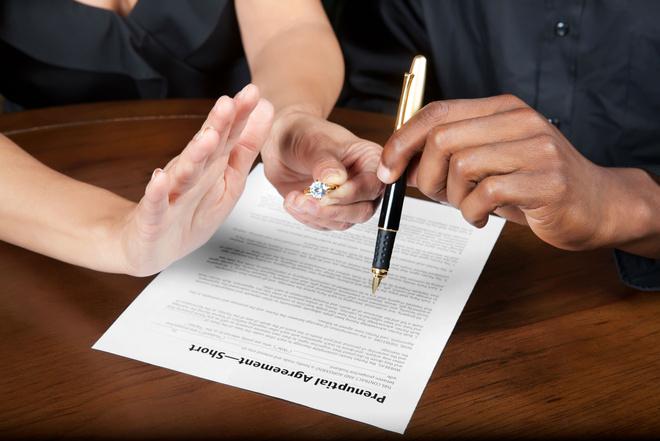 знаю,-- кто составляет брачный договор нотариус или юрист был готов