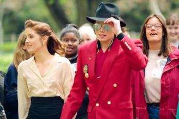 Майкл Джексон и его жена Лиза-Мария Пресли готовятся к торжественному открытию Neverland Ranch.