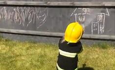 маленькая девочка готовясь стать пожарным спасает куклу тушит