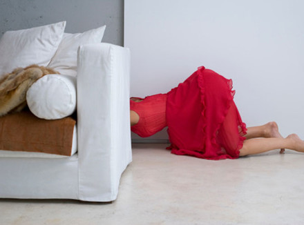Женщина за диваном