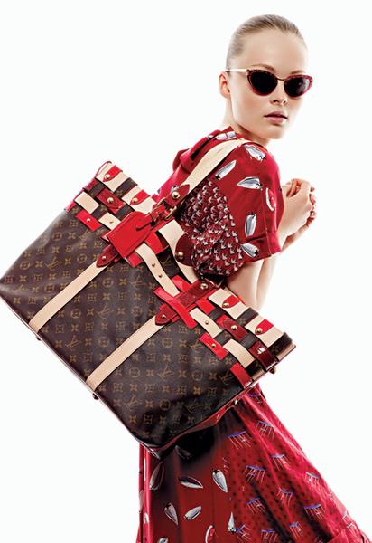 Лого-культура: очки «кошачий глаз»; большая сумка с логотипами, отделанная полосками из кожи и лака; платье из шелка с принтами, все – Louis Vuitton.