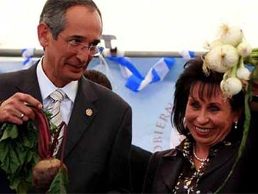 Альваро Колом и его супруга Сандра Торрес де Колом решили обойти закон