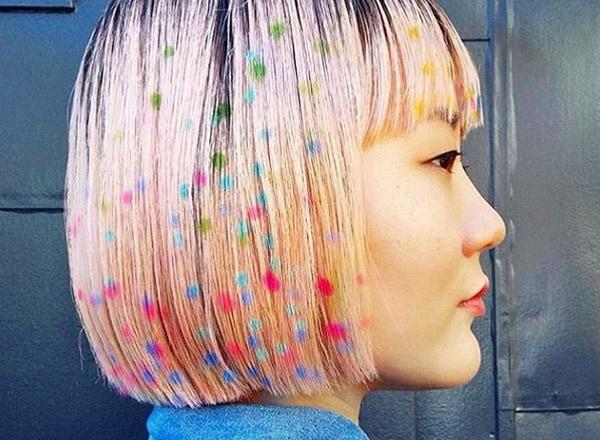 разноцветные картины на волосах