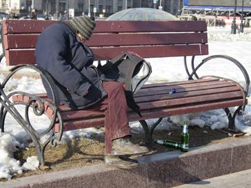 Бездомный мужчина на улице Москвы
