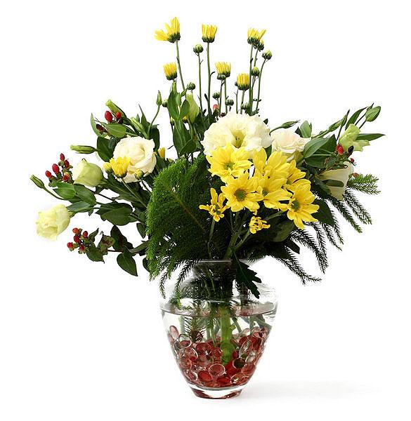 Разноцветные камушки украсят прозрачную вазу