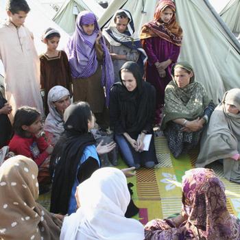Актриса разговаривала с женщинами, пережившими землетрясение.