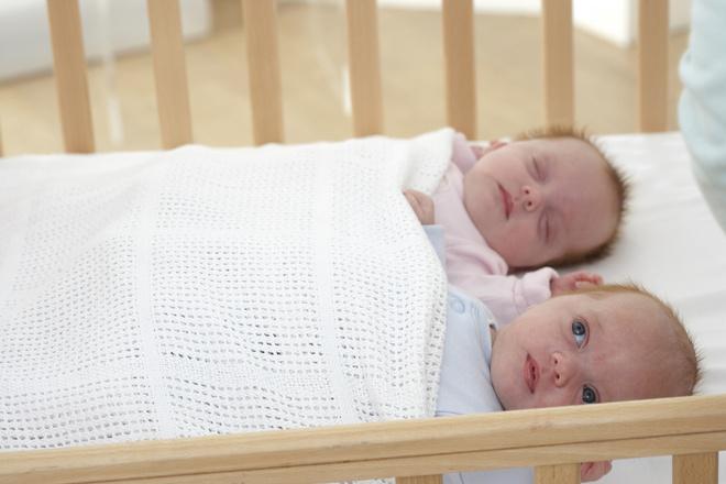 если ребенок спит с открытыми глазами