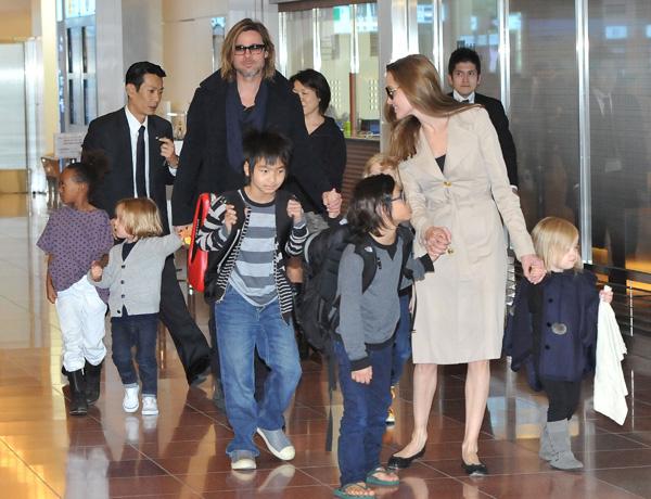 Джоли и Питт усыновили седьмого ребенка