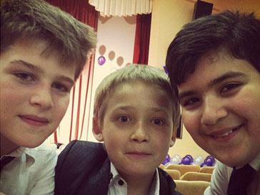 Леонтий (слева) с одноклассниками