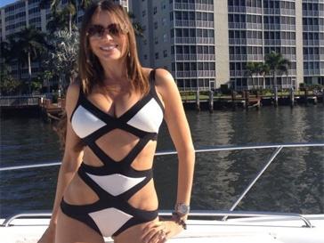 София Вергара позирует в соткровенном купальнике