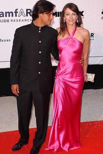 Лиз Херли в розовом платье (июнь 2003 года)
