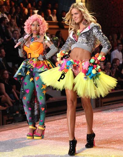 Ники Минай (Nicki Minaj) и Эрин Хизертон (Erin Heatherton) на показе Victoria's Secret