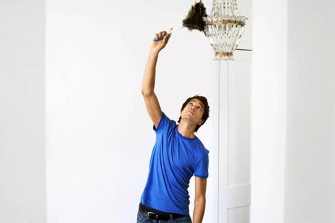 Как мужчины убирают квартиру