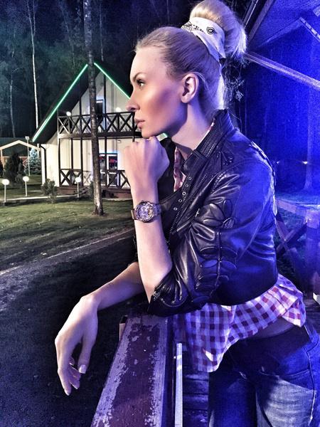 Элина Камирен в часах из своего бутика