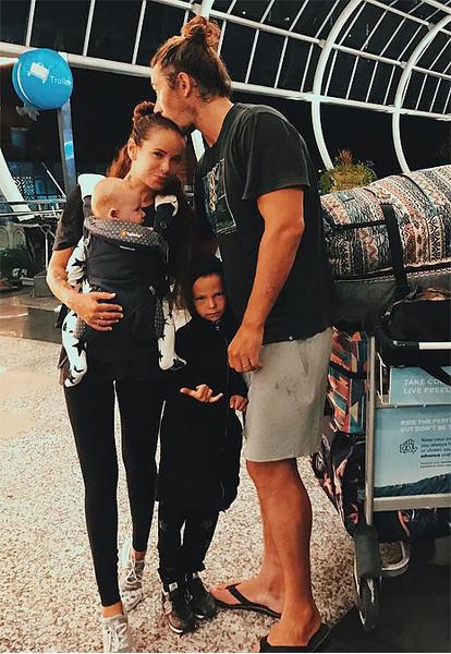 Айза Анохина, блогер, с семьей, фото