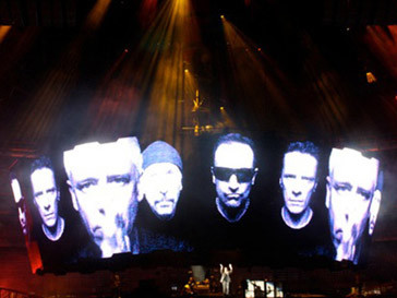 Группа U2 во главе с Боно