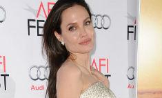 Джоли отказали в операции на груди из-за худобы